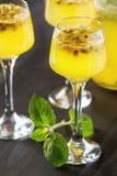 Cocktail alcolico con frutto della passione fresco con la menta ed il ghiaccio d Fotografia Stock Libera da Diritti