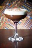 Cocktail alcolico del caffè con la briciola del cioccolato e di crema immagini stock