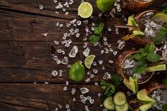 Cocktail alcolico del mulo famoso di Mosca in tazze di rame fotografie stock