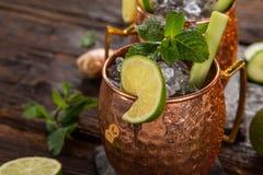 Cocktail alcolico del mulo famoso di Mosca in tazze di rame fotografia stock