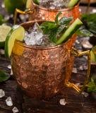Cocktail alcolico del mulo famoso di Mosca in tazze di rame immagine stock libera da diritti