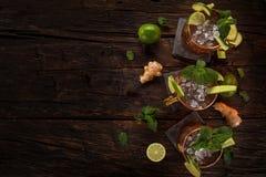 Cocktail alcolico del mulo famoso di Mosca in tazze di rame immagini stock libere da diritti