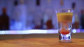 Cocktail alcolico di Hiroshima, colpo del bombardiere, fine su, lentamente camera mobile archivi video