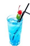 Cocktail alcolico freddo con una ciliegia Fotografia Stock Libera da Diritti