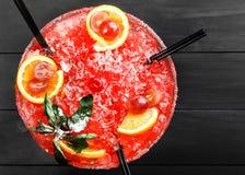 Cocktail alcolico freddo dell'anguria con l'arancia, la menta, il ghiaccio ed il gr Immagine Stock