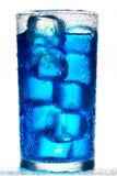 Cocktail alcoolique bleu d'isolement sur un fond blanc Photo libre de droits