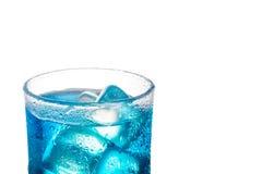 Cocktail alcoolique bleu tropical d'isolement sur un fond blanc Photographie stock libre de droits