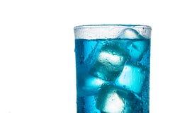 Cocktail alcoolique bleu tropical d'isolement sur un fond blanc Image libre de droits