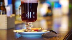 Cocktail alcoolique chaud avec le vin rouge banque de vidéos