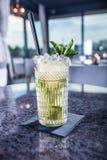 Cocktail alcoolique d'été de Mojito sur la table dans le restaurant image libre de droits