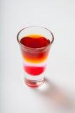 Cocktail alcoolique dans le verre à liqueur d'isolement sur le blanc Images libres de droits