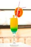 Cocktail alcoolique dans un verre avec des décorations au bord de la table Photos stock