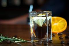 Cocktail alcoolique de caféine en verre cristal photographie stock