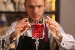 Cocktail alcoolique frais rouge Cocktail démodé photos libres de droits