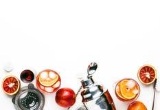 Cocktail alcoolique populaire Negroni avec le genièvre sec, le vermouth rouge et amer rouge, l'orange et les glaçons Fond blanc,  photos libres de droits