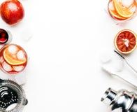 Cocktail alcoolique populaire Negroni avec le genièvre sec, le vermouth rouge et amer rouge, l'orange et les glaçons Fond blanc,  photo stock