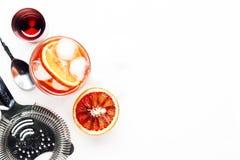 Cocktail alcoolique populaire Negroni avec le genièvre sec, le vermouth rouge et amer rouge, l'orange et les glaçons Fond blanc,  photographie stock libre de droits