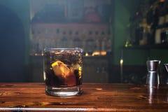 Cocktail alcoolique sur le compteur en bois de barre photo stock