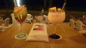 Cocktail alla notte su un beachbar immagini stock libere da diritti