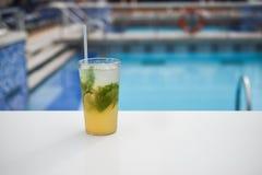 Cocktail alla piscina Fotografia Stock