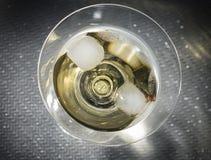 Cocktail amarelo em um vidro de Martini fotografia de stock royalty free