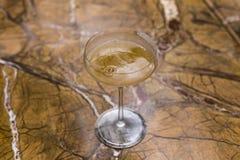 Cocktail ambarino no vidro de martini com açúcar na borda Fotografia de Stock