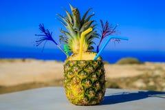 Cocktail in ananas op het strand Royalty-vrije Stock Afbeeldingen