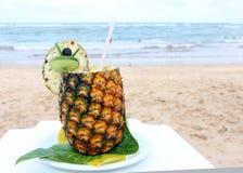 Cocktail in ananas sulla spiaggia Fotografia Stock Libera da Diritti