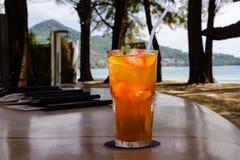 Cocktail arancione con ghiaccio Fotografia Stock Libera da Diritti