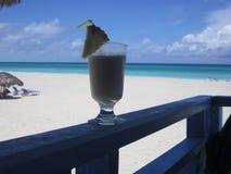 Cocktail auf dem Strand Stockfotos
