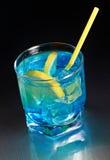 Cocktail auf metallischer Tabelle Lizenzfreies Stockfoto