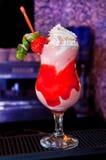 Cocktail avec de la crème et la fraise fouettées Image libre de droits