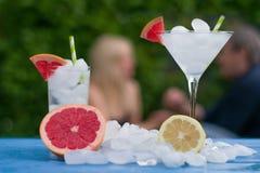 Cocktail avec de la glace en parc photo stock