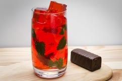 Cocktail avec de la glace et des feuilles de menthe Photographie stock