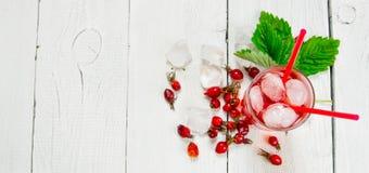 Cocktail avec de la glace et la menthe sur la table en bois blanche L'espace libre pour le texte Photos libres de droits