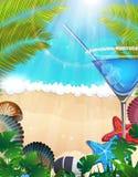 Cocktail avec des branches de paume sur le fond tropical Images stock