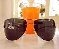 Cocktail avec des verres de soleil une belle combinaison photos stock