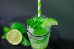 Cocktail avec la chaux dans une barre photo libre de droits