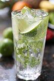 Cocktail avec la chaux et la glace photographie stock