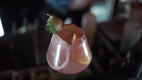 Cocktail avec la chaux et la menthe en verre clips vidéos