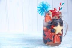 Cocktail avec la fraise, la myrtille et la pomme Photographie stock libre de droits