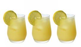 Cocktail avec le citron frais Images stock