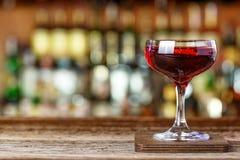 Cocktail avec le genièvre et le vermouth photo stock