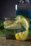 Cocktail avec le genièvre, le tonique et le citron bleus images libres de droits
