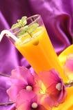 Cocktail avec le jus et la menthe d'orange Photo stock