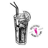 Cocktail avec le kola et les chaux d'isolement Photos stock