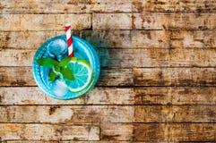 Cocktail azuis com o limão na tabela de madeira Fotos de Stock Royalty Free