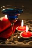 Cocktail azul com vela vermelha Fotos de Stock Royalty Free