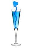 Cocktail azul do champanhe com decoração do coração fotos de stock