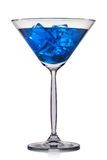 Cocktail azul no vidro de martini isolado no fundo branco Fotografia de Stock
